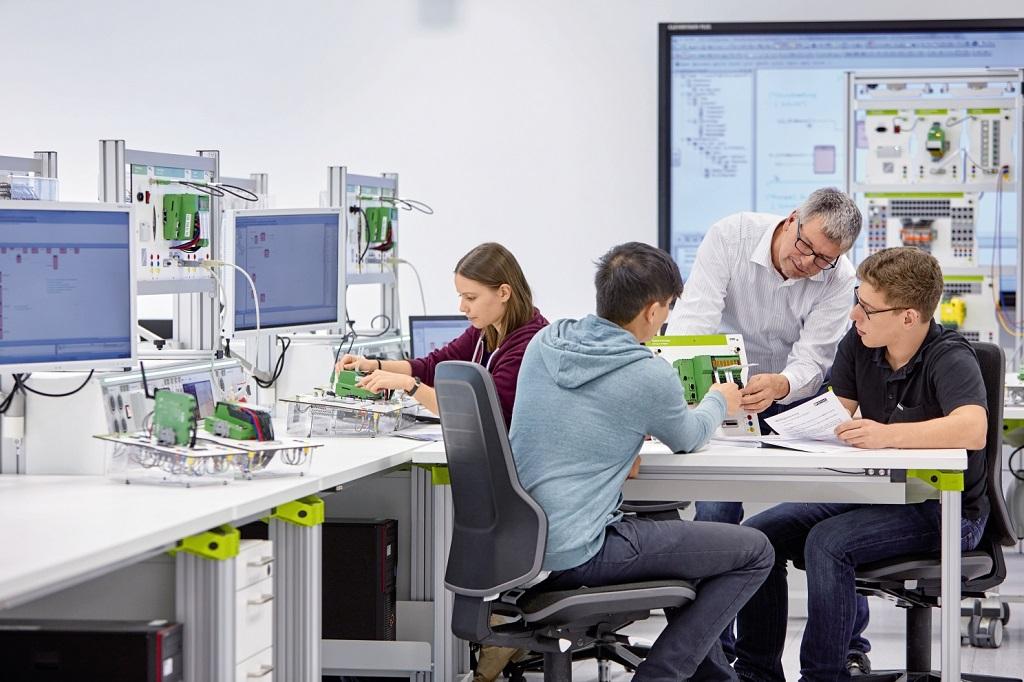 Auszubildender Elektroniker für Betriebstechnik von Phoenix Contact