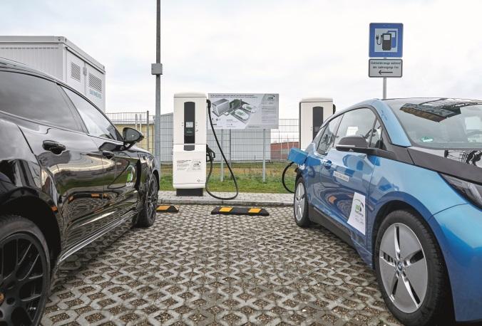 Elektromobilität - zwei e-Autos an der Ladesäule