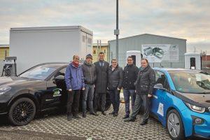 Elektromobilität - Personen vor e-Autos