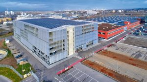 Vom Solardach erhalten die Elektroautos Energie.