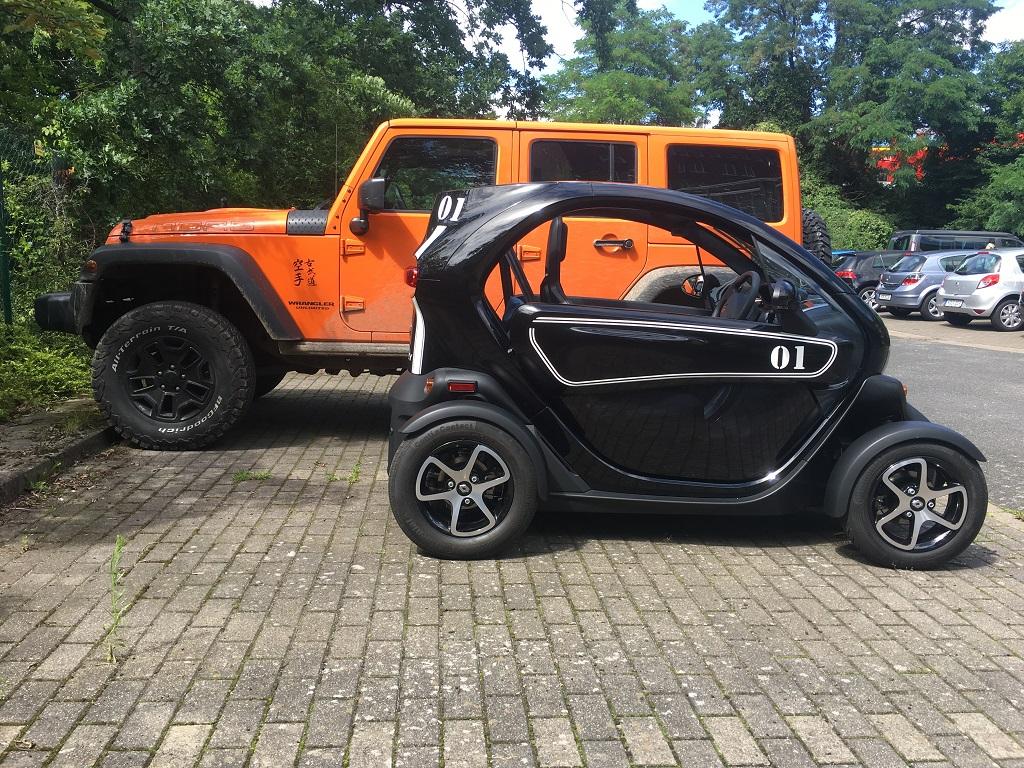 Größenvergleich zwischen einem Jeep und einem Renault Twizy