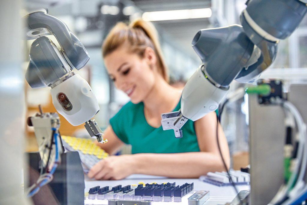 Smart Work: Mensch und Roboter arbeiten Hand in Hand