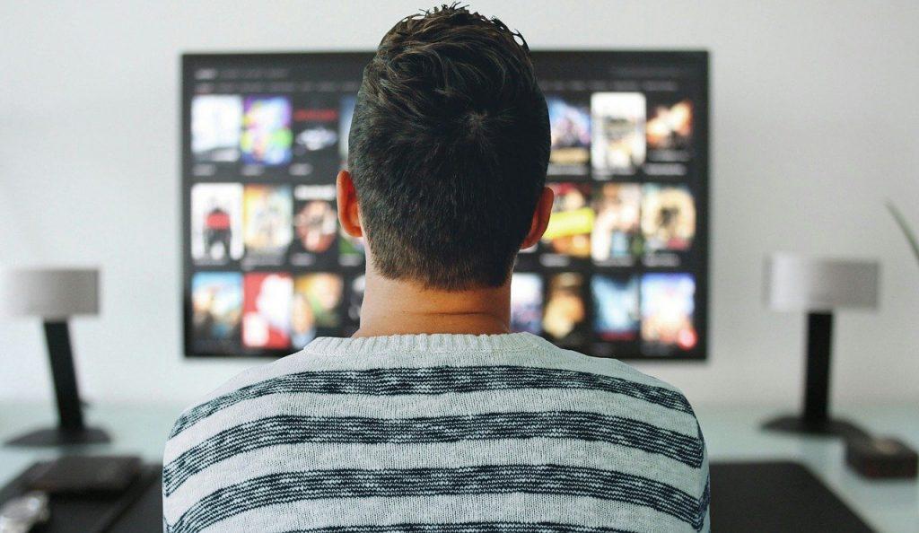 Mann schaut auf Fernsehen