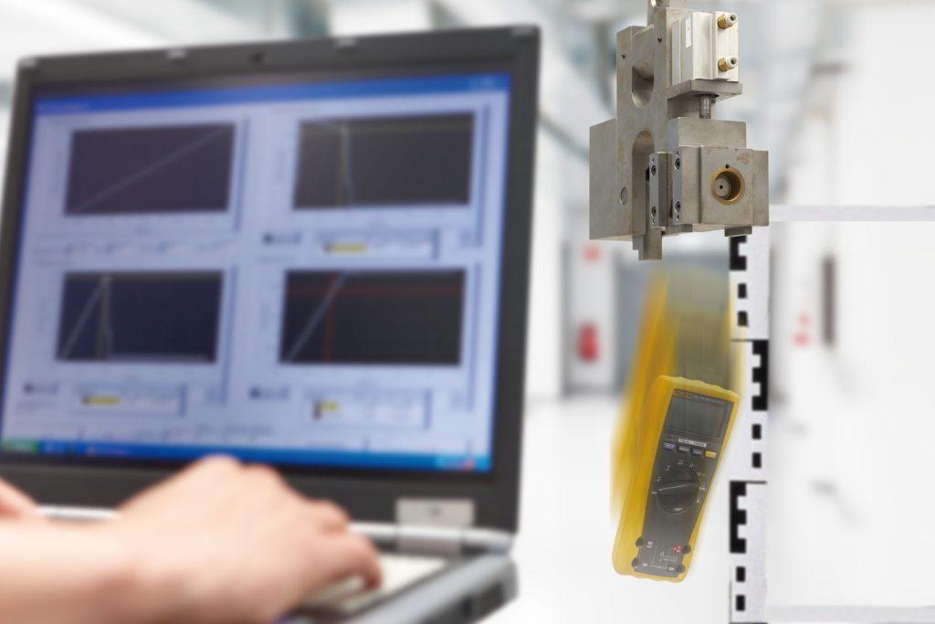 Fallprüfung im Labor für elektrische Gerätesicherheit