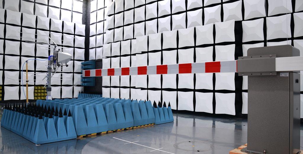 Die elektromagnetische Verträglichkeit einer Bahnschranke wird in einer Absorberhalle getestet