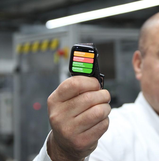 Ein kurzer Blick aufs Handgelenk - Smartwatch in der Produktion