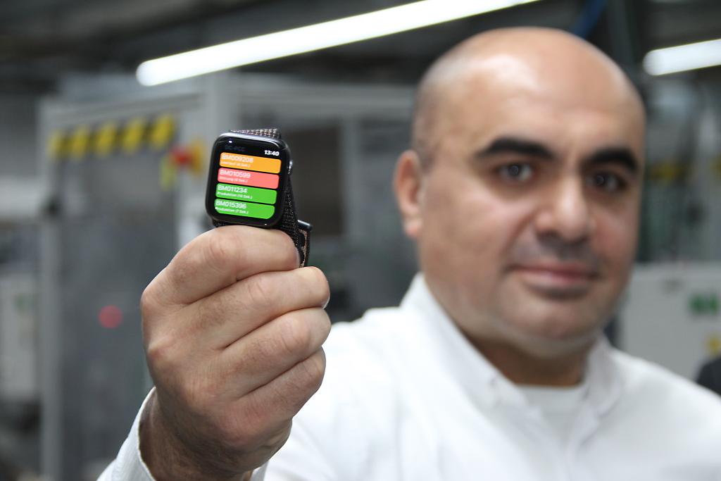 Ein kurzer Blick aufs Handgelenk – Smartwatch in der Produktion