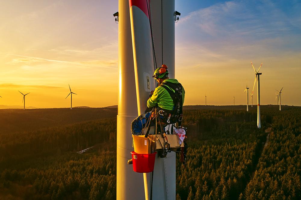 Industriekletterer bringt Eiserkennung an Windenergieanlage an