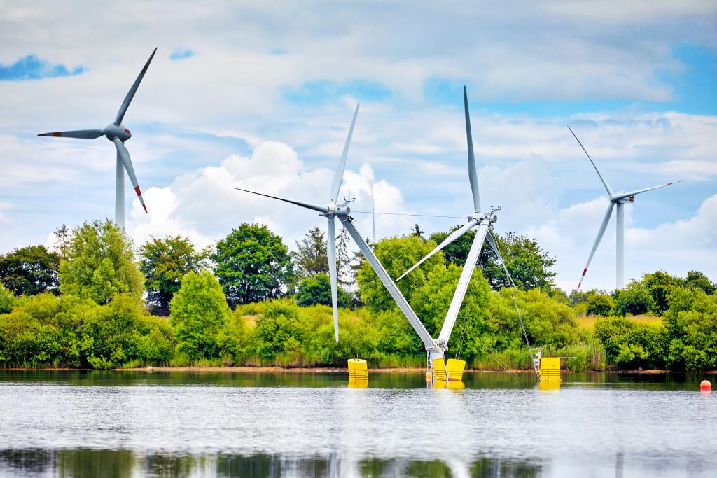 Das schwimmende Windrad vor zwei normalen Windenergieanlagen