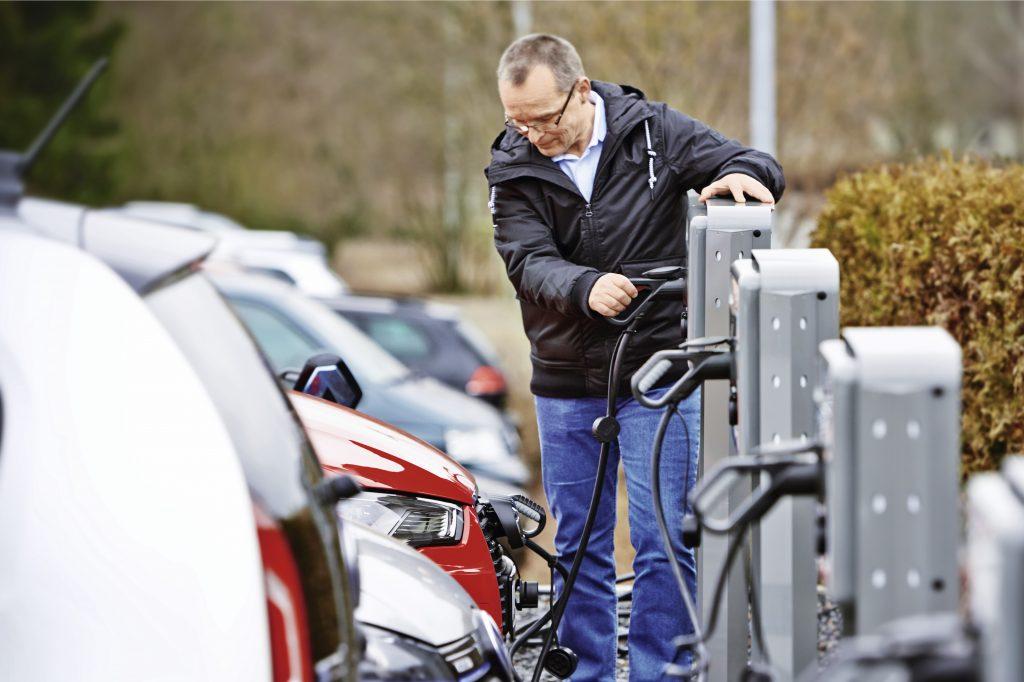 Monitorowanie prądów upływu w stacjach ładowania pojazdów elektrycznych